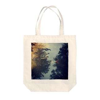 空 泳 Tote bags