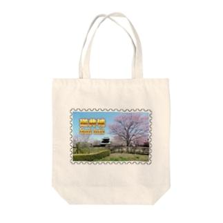 日本の城:桜咲く逆井城の春景色★白地の製品だけご利用ください!! Japanese castle: Sakasai Castle with Cherry flowers★Recommend for white base product only !! Tote bags