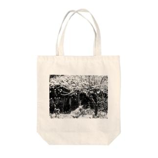 冬の庭 Tote bags