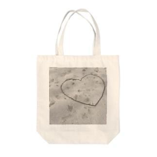 砂浜のハート Tote bags