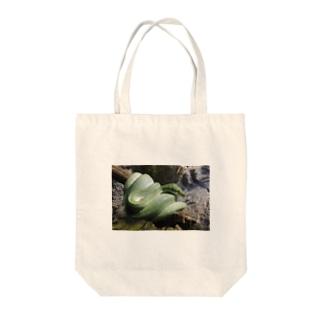 ミドリニシキヘビ Tote bags