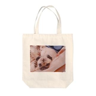 みつめるパグ Tote bags