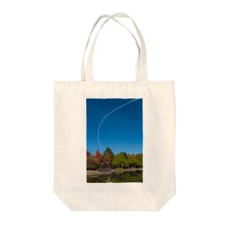 青空に一筋のスモーク Tote bags