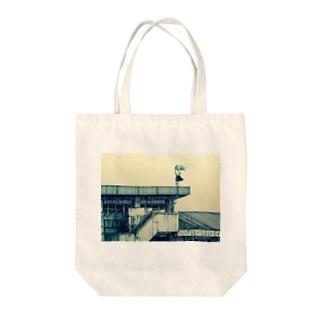 風強い Tote bags