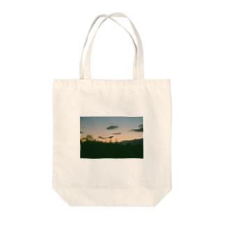夕暮れのおさんぽ Tote bags