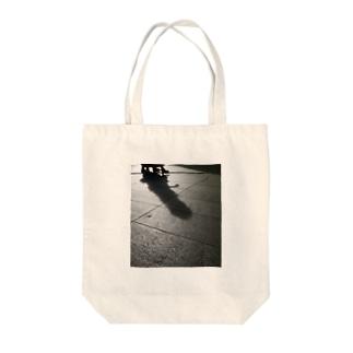 人と影 Tote bags