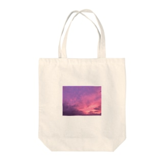 pink in the sky Tote bags