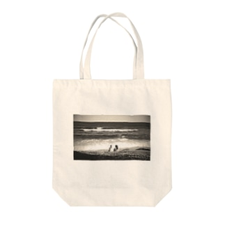 Girls on the beach Tote bags