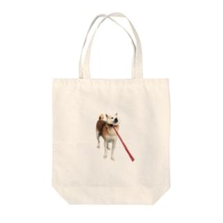 散歩いやいや犬 Tote bags