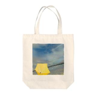 雨上がり Tote bags
