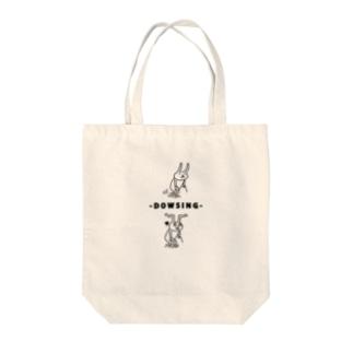 ダウジング中のウサギ Tote bags