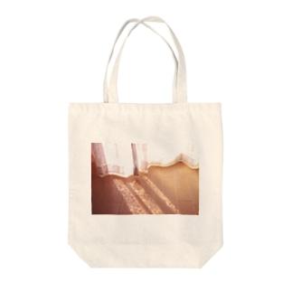 この時期のこの時間に薄着でベッドに飛び込むの気持ちいい Tote bags