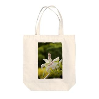 Qumi Nishioのmomo Tote bags