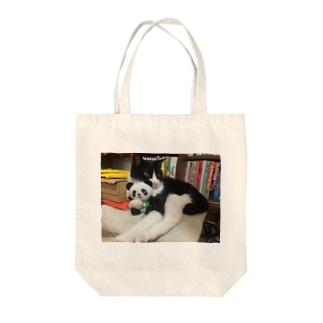 パンダを抱っこするりんごさん Tote bags