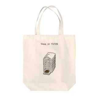 重ねた布団で寝る Tote bags