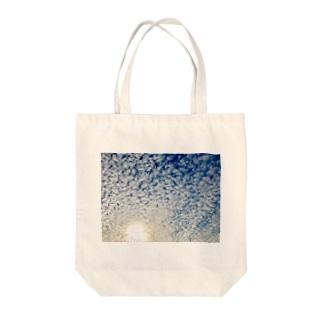MIWA_is_SAITOのフォト・うろこ雲 Tote bags