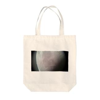 月面 Tote bags