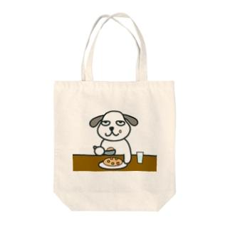 食事する犬 Tote bags