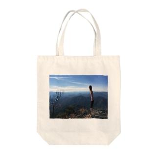 山から景色を眺める Tote bags