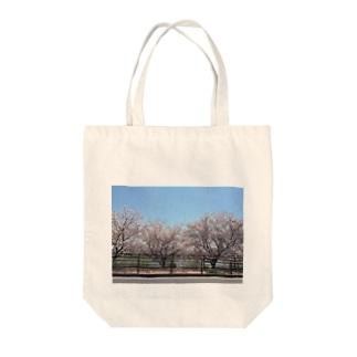 桜を連れて出かける Tote bags