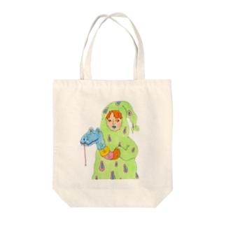 コミカルな厚着をする少年 Tote bags