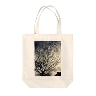 秋空と枯れ木 Tote bags