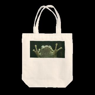 クマバチゴルフ倶楽部のガラス向こうにカエル Tote bags
