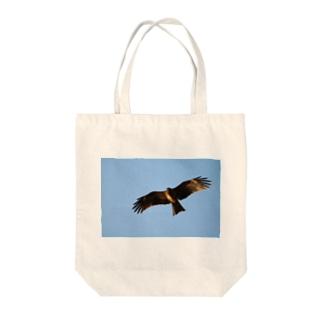 七里ヶ浜の鳶 Tote bags