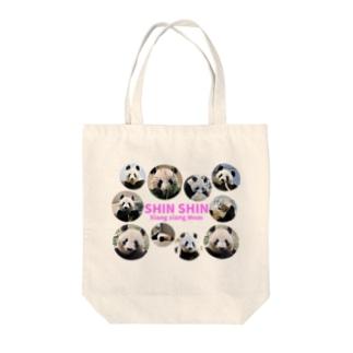 シャンシャンのママ・シンシン Tote bags