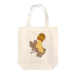 ハチミツに食べられるクマ Tote bags