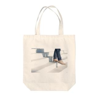 スニーカーと階段のオシャレ風景 Tote bags