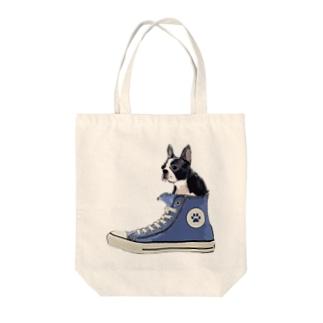 犬グッズの店しえるぶるーのスニーカーにすっぽり入ったボストンテリア Tote bags