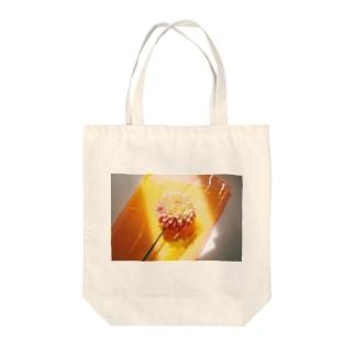 陽を浴びるダリア Tote bags