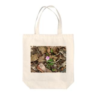 山道に咲く花 Tote bags