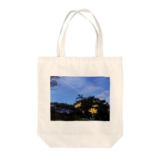 菊芋と樹木と空 DATA_P_140 tree sky Tote bags