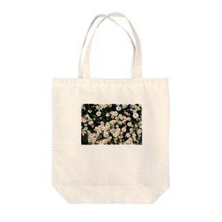 タビーランドの小さい白い花畑 Tote bags