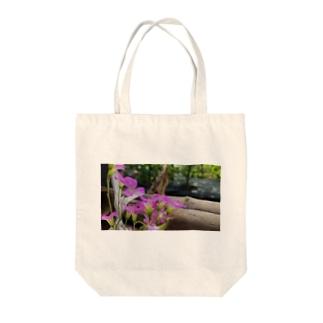 庭の紫片喰 Tote bags