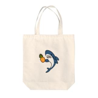 パイナップルとサメ Tote bags