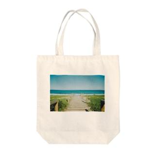 海へと続く道 Tote bags