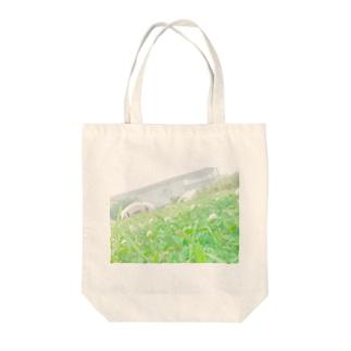 芝生 四つ葉のクローバー お花 Tote bags