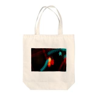 すれ違い Tote bags