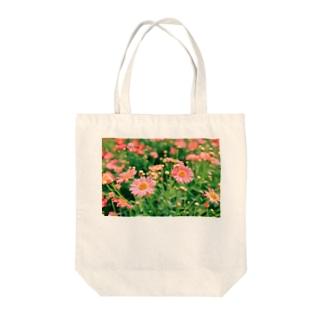 ピンクのマーガレット Tote bags