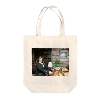 FUCHSGOLDのドール写真:ギルドで食事中の美人冒険者 Doll picture: Beauty adventurer in Guild Tote bags