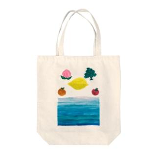 海に浮かぶ果物 Tote bags