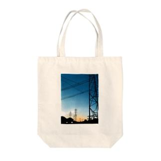 夕暮れの鉄塔 Tote bags