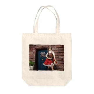 人形写真:冒険者ギルド「銀の船」の前に立つ美少女冒険者 Doll picture: Pretty adventurer at the guild Tote bags
