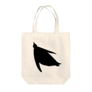 泳ぐコウテイペンギン Tote bags