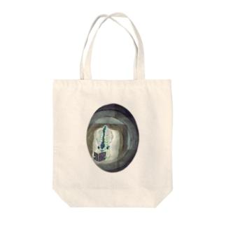 読書なホタルイカ Tote bags