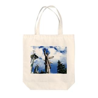 十字架の丘のキリスト Tote bags
