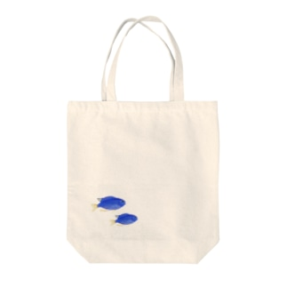 青い魚のソラスズメダイ Tote bags